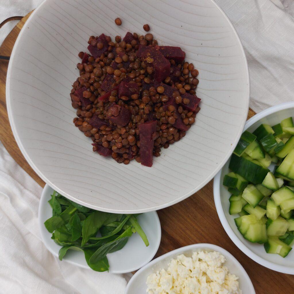 Linsensalat mit Roter Beete auf Teller