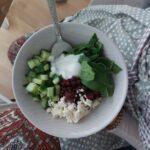 Teller mit Linsensalat auf Schoß
