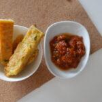 Panisse in Schale mit Tomaten Dip